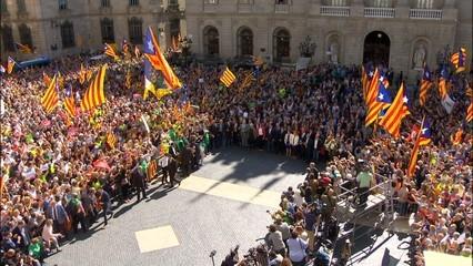 L'ovació en suport dels alcaldes a la Plaça Sant Jaume