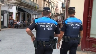 Dos agents de la Policia Local patrullant per Sitges