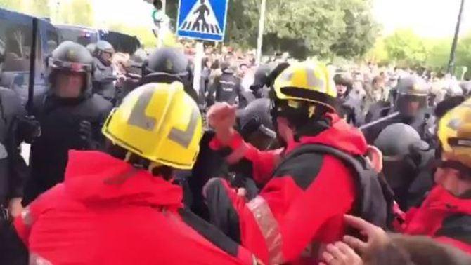 Enfrontaments d'agents dels Mossos i de bombers amb Guàrdia Civil i Policia Nacional