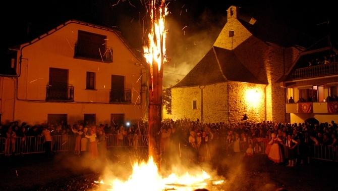 La crema de les falles d'Eth Haro durant la nit de Sant Joan a la Vall d'Aran (ACN)
