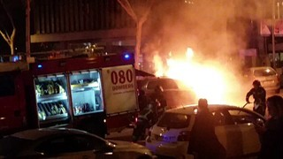 Aparatós incendi d'un vehicle al costat de la Diagonal de Barcelona!
