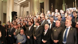 Foto dels alcaldes amb Puigdemont i els consellers del seu govern que són a Brussel·les (ACN)