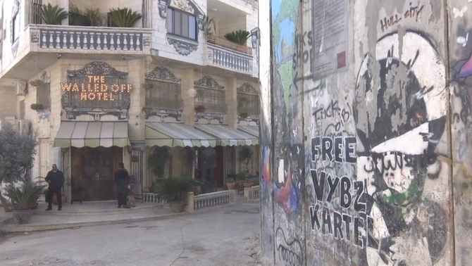 L'hotel decorat pel grafiter anglès Banksy a Betlem rep els primers clients