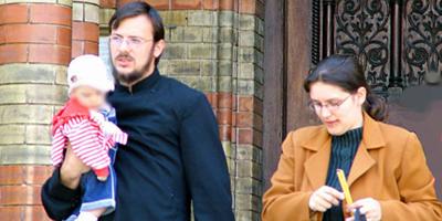 Imatge d'arxiu d'un capellà protestant amb la seva dona i un nadó