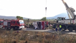 Una grua retira l'autocar accidentat