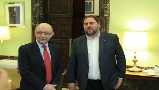 Imatge d'arxiu del ministre d'Hisenda, Cristóbal Montoro, i el vicepresident econòmic, Oriol Junqueras, abans de la reunió a la seu del ministeri (18/03/2016)