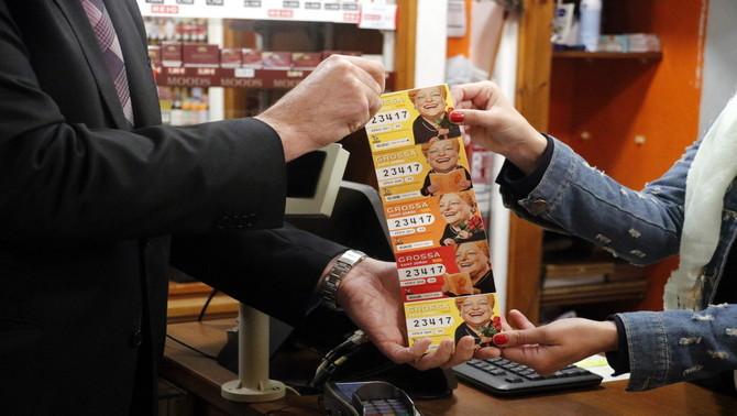 La venda dels números més emblemàtics de la Grossa de Sant Jordi arrenca amb força i s'esgoten en pocs minuts