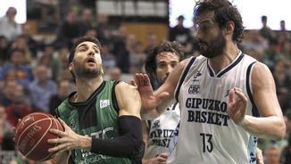 Sergi Vidal penetra davant de David Doblas (EFE)