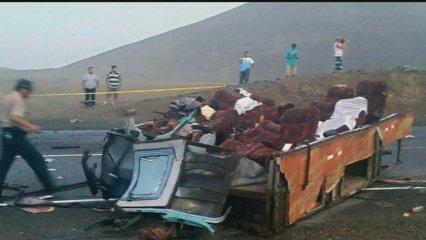 Una trentena de morts en un accident de tres autocars i un camió al Perú