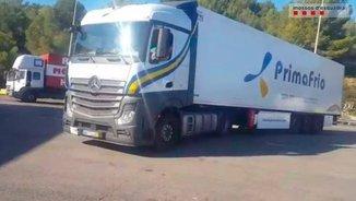El camió enxampat a l'AP-7 fent ziga-zagues (@mossos)