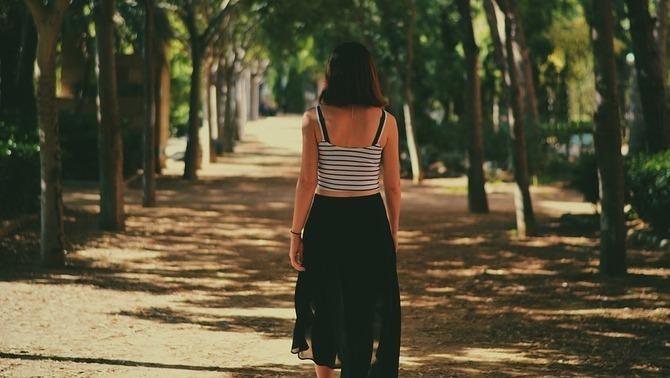 Dona caminant pel bosc (Pixabay)
