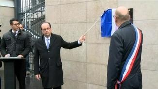 Hollande descobreix una placa a l'exterior de l'Estadi de França