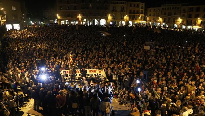 Milers de persones criden 'llibertat' i 'vaga general' a Vic per rebutjar l'empresonament dels consellers