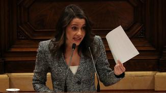 Inés Arrimadas va llegir fragments dels articles durant el debat d'investidura (Reuters)