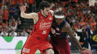 Guillem Vives marcant Tyrese Rice (EFE)