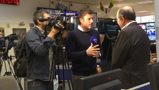 Un equip de la cadena francesa BFMTV entrevista el director de TV3, Vicent Sanchis