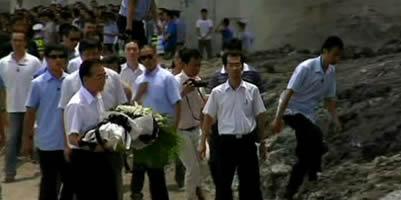 Jiabao visita el lloc del descarrilament i garanteix una investigació transparent