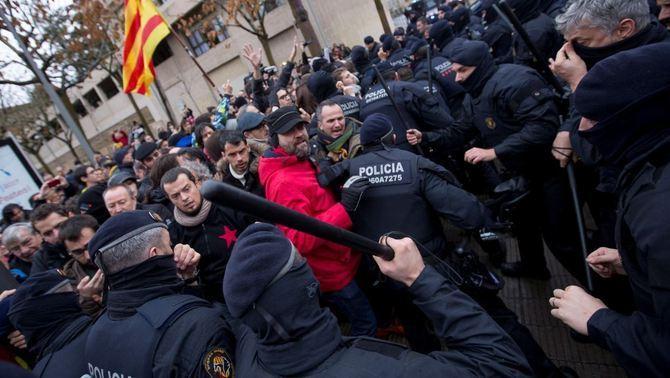 Els Mossos carreguen contra els concentrats pel trasllat de les obres de Sixena