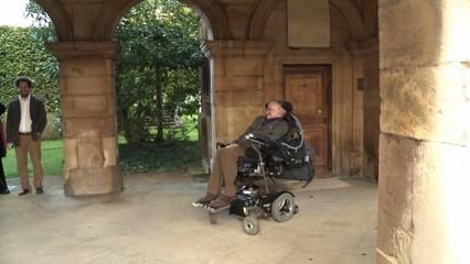 Mor l'astrofísic anglès Stephen Hawking als 76 anys d'edat
