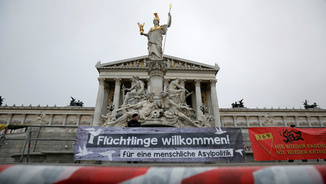 Pancartes donant la benvinguda als refugiats davant el Parlament austríac (Reuters)