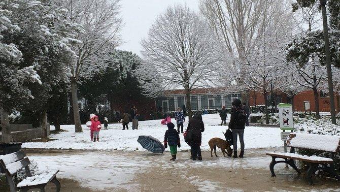 Nens jugant amb la neu, aquest dijous al matí a Maçanet de la Selva