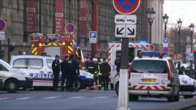 Un soldat francès obre foc després de ser atacat per un home prop del Louvre