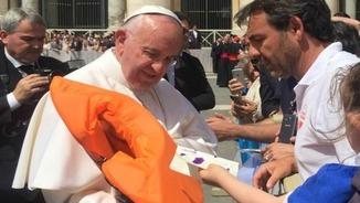 Òscar Camps entrega una armilla salvavides al Papa Francesc