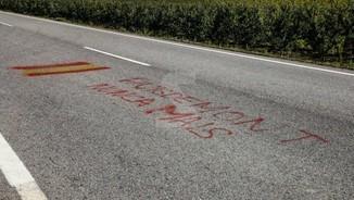 La policia d'Alcarràs enxampa la Guàrdia Civil fent pintades contra Puigdemont