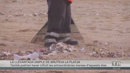 La llevantada omple de brutícia la platja de Badalona