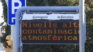 Un dels panells informatius durant un episodi d'alta contaminació a la ciutat de Barcelona