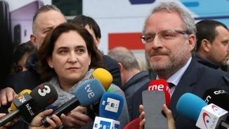 Pla mig de l'alcaldessa de Barcelona, Ada Colau, i del director general de Fira de Barcelona, Constantí Serrallonga, en una atenció als mitjans davant del MWC l'1 de març de 2018