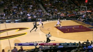 "L'espectacular ""alley-oop"" a taulell de LeBron James"
