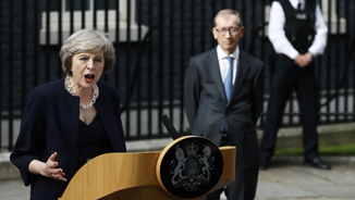 Theresa May a Downing Street, amb el seu marit, Philip, al fons (Reuters)