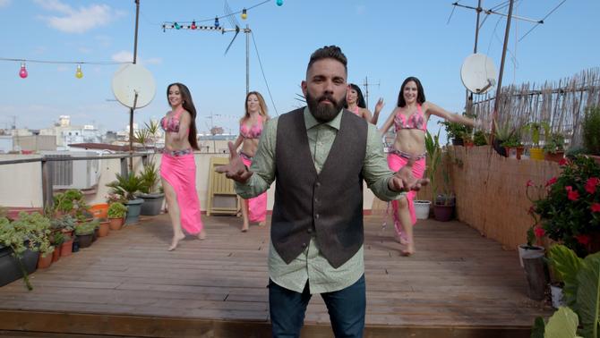 Marc Ribas en un terrat amb ballarines de dansa del ventre