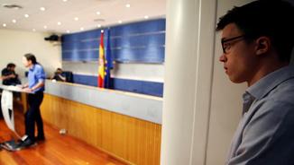 Errejón escoltant atentament el seu líder (Reuters)