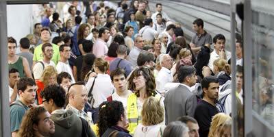 Una andana de l'estació de Sants, plena de gom a gom (Foto: EFE)