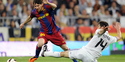 Leo Messi i Xabi Alonso lluiten per una pilota. (Foto: Reuters)