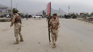 Membres de les forces de seguretat vigilen la zona de l'explosió (Reuters)