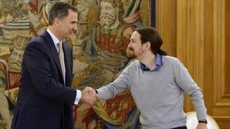 Iglesias saluda el rei a la seva arribada al palau de La Zarzuela (EFE)