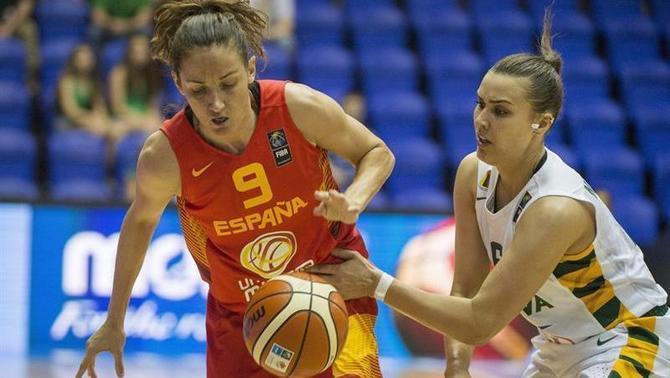 Laia Palau intenta controlar la pilota (EFE)