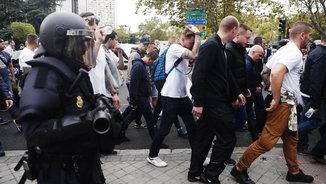 Un policia vigilant els aficionats polonesos camí del Bernabéu (EFE)