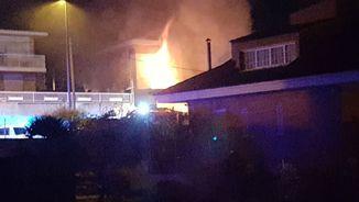 La casa unifamiliar de sant Boi de Llobregat cremant la matinada de dilluns