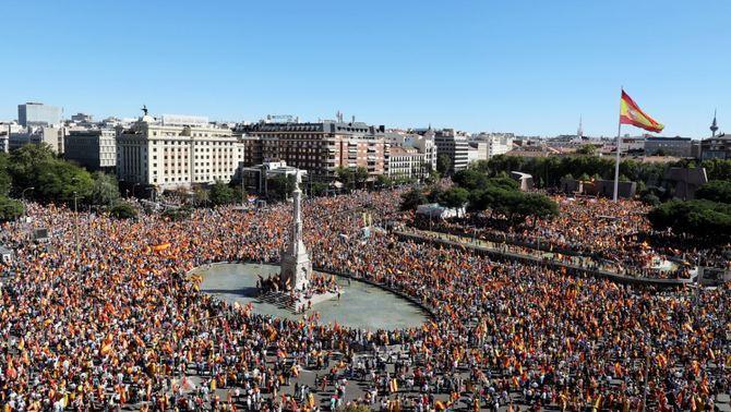 Mar de banderes espanyoles a Madrid en una concentració per la unitat d'Espanya
