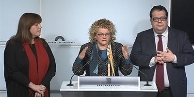 Marina Geli, al centre, Joan Ignasi Elena i Núria Ventura, en roda de premsa dijous passat al Parlament.