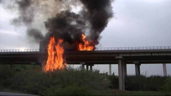 L'incendi d'un camió que transportava fruita obliga a tallar durant unes hores l'AP-7 a l'altura d'Amposta