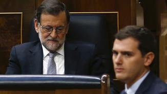 Albert Rivera passa pel davant de Mariano Rajoy durant la sessió plenària de la setmana passada al Congrés (Reuters)