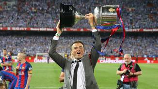 Luis Enrique aixecant la Copa del Rei (Reuters)
