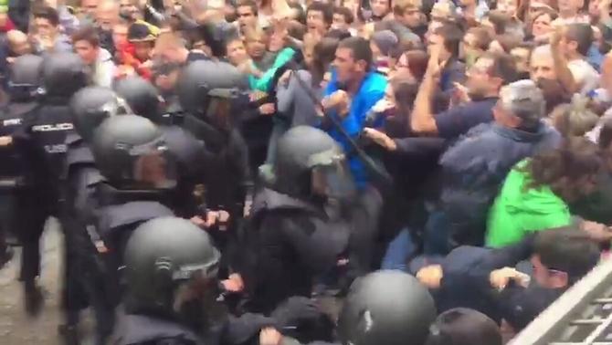 Càrrecs intermedis de la Policia Nacional demanen perdó per les càrregues de l'1-O