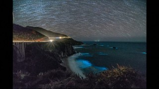 L'oceà il·luminat per fitoplàncton bioluminescent a Big Sur