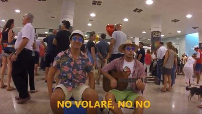 "Lo Pau de Ponts versiona el ""Volare"" per protestar contra les cues al Prat"